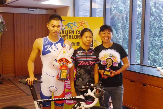 鐵人國手潘子易(左1)出身田徑家庭,就讀國中的妹妹潘昱婷也是三鐵選手。(許家寧攝)