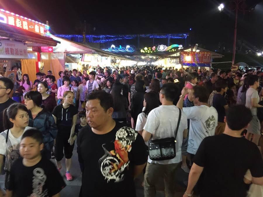 東部最大的東大門夜市,為觀光客來到花蓮的必去景點。(許家寧攝)
