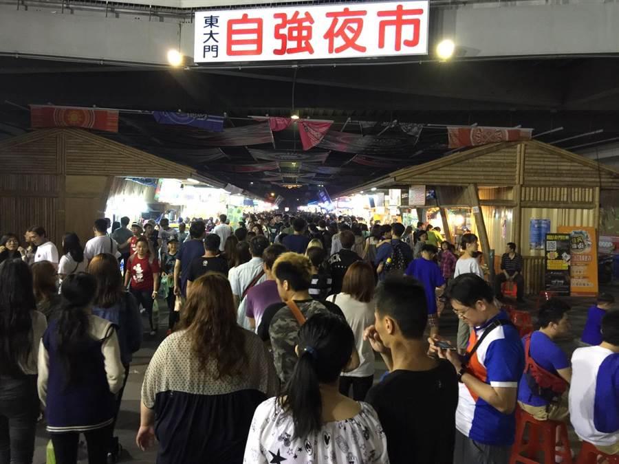 自強夜市攤商進駐東大門不到一年半,憂心恐再搬遷。(許家寧攝)