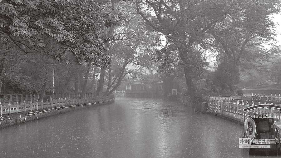 清明時節雨紛紛,煙花三月下揚州。揚州護城河的冶春園。(作者提供)