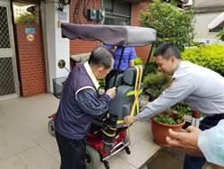 楊梅老翁駕駛代步車迷路 窩心警送上反光背心