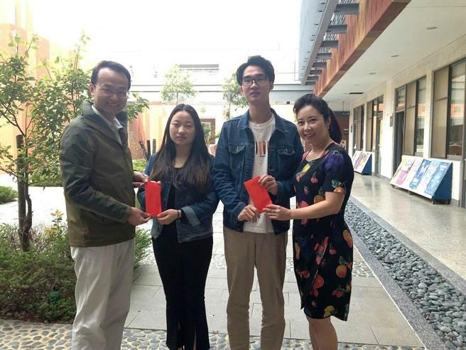 金大學務長顏郁芳(右一)及主任秘書呂立鑫(左一)代表李能緣女士頒贈獎學金予歐詢(右二)及徐麗(左二)。(金大提供)