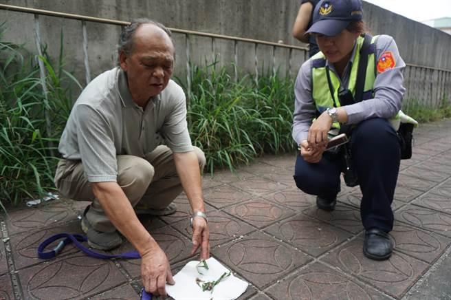 吳姓飼主(左)向警方說明,他在廠外人行道發現「草包毒骨」。(王文吉攝)