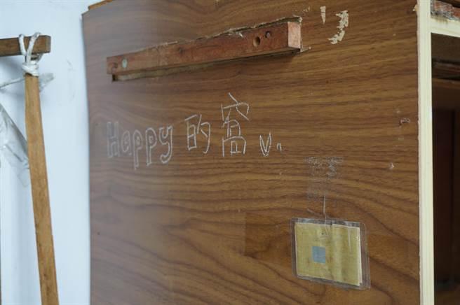 吳家特別訂製小木屋,給愛犬「Happy」居住;上月「Happy」不明原因口吐白沫,吳的女兒特別球來大甲媽壓轎金保平安。(王文吉攝)