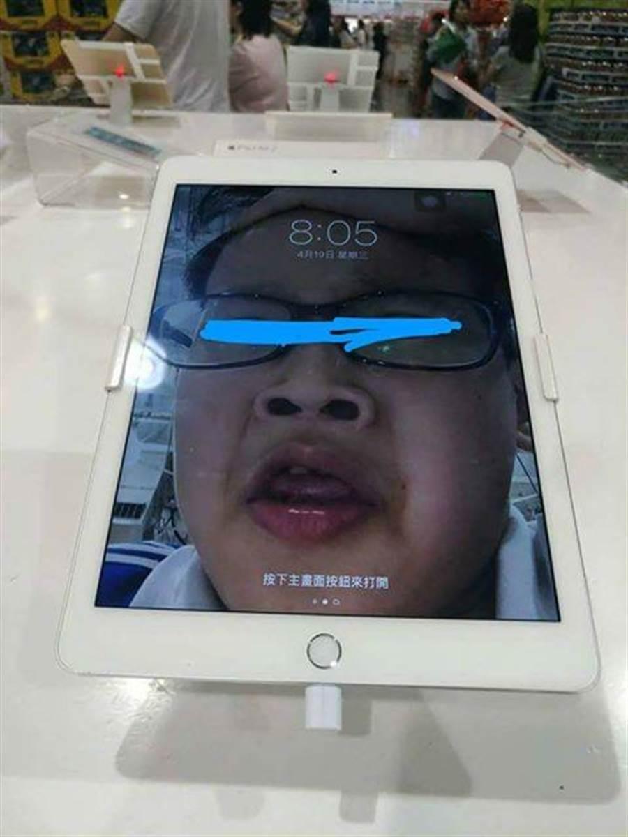 意外成代言人!展示機自拍忘刪照片  網友:「弟弟你紅啦!」 (圖/翻攝自臉書《爆料公社》)