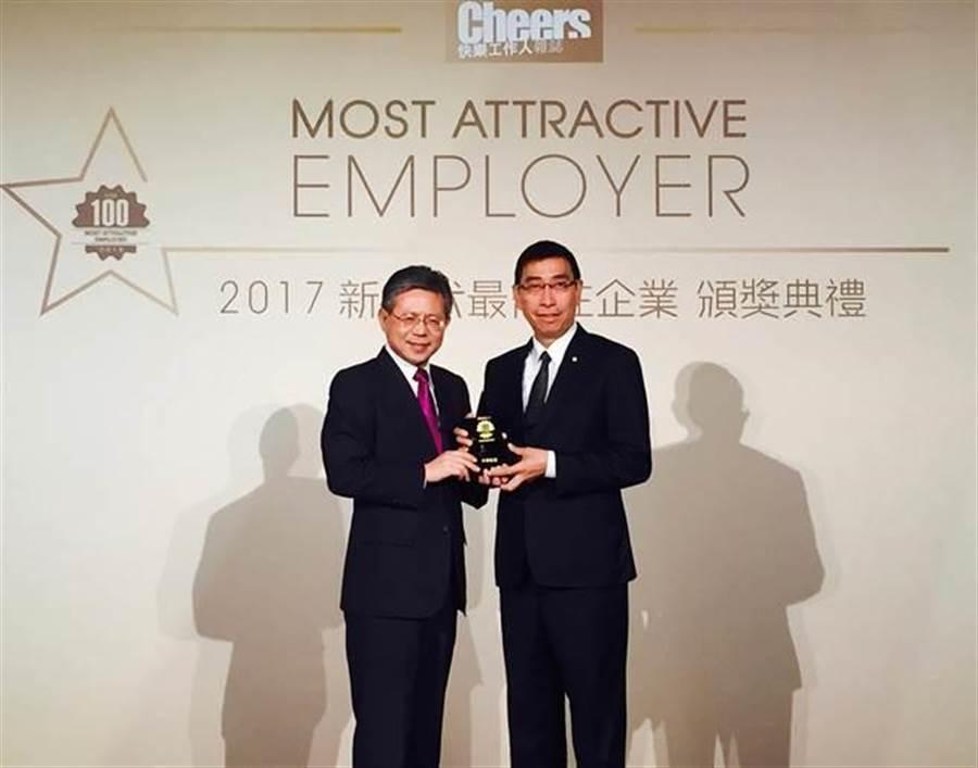 左起勞動部常務次長林三貴代表頒獎,華航發言人暨副總經理彭榮敏代表受獎。(圖:華航提供)