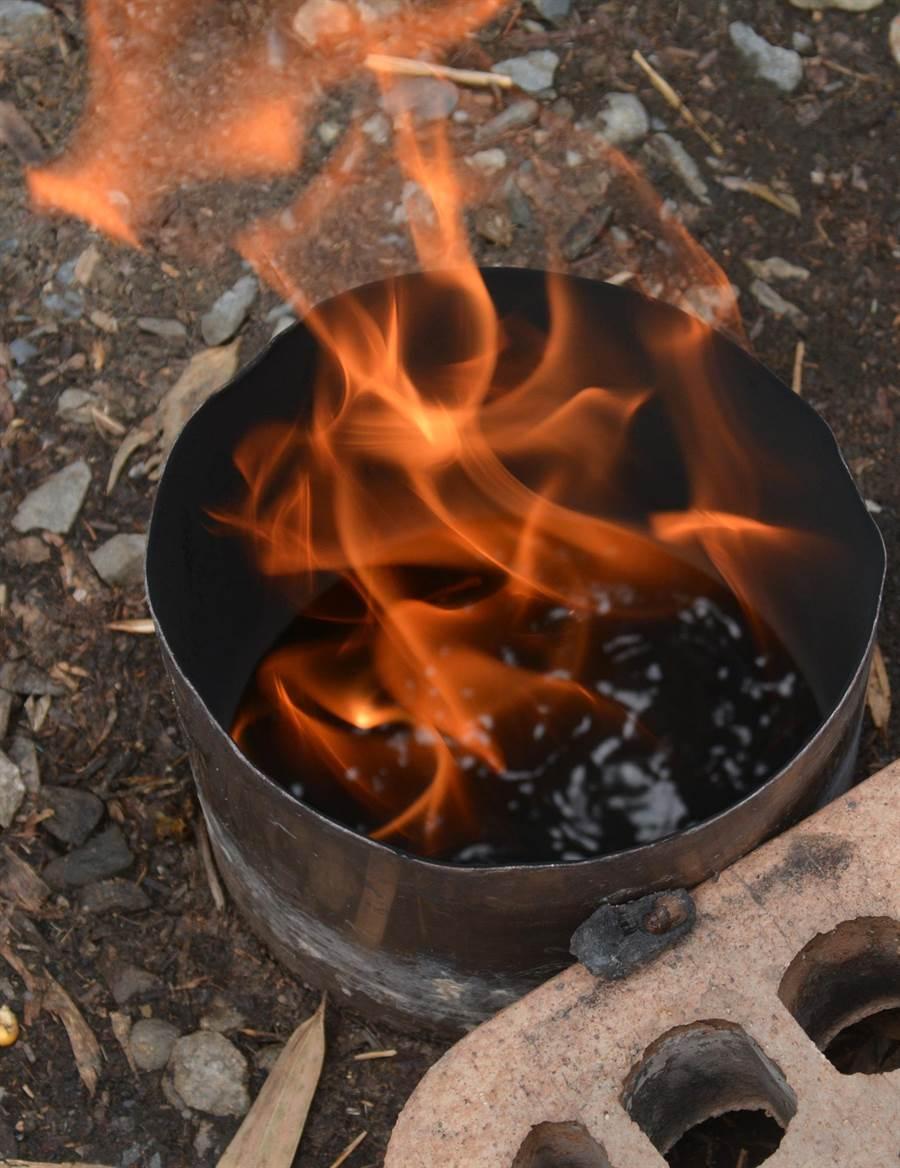 水火同源景觀,火在水面燒。(沈揮勝攝)