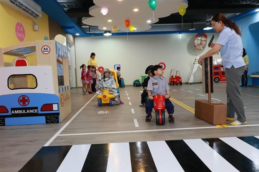 林口麗林公共托育中心親子館以交通為主題,打造「林口麗林城市」。(新北市政府社會局提供)
