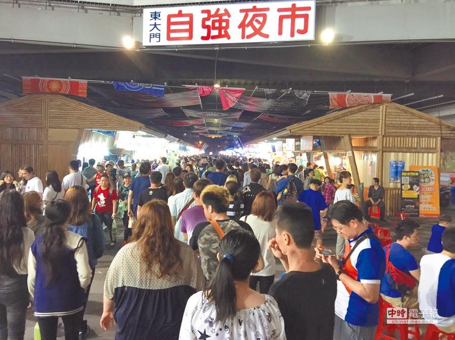 自強夜市攤商進駐東大門不到一年半,憂心恐再搬遷。  (許家寧攝)