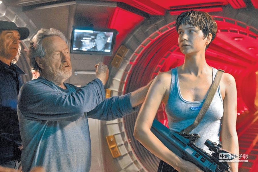 雷利史考特(左)指導凱薩琳華特斯頓的肢體動作。