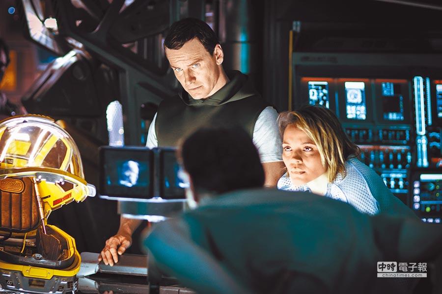 麥可法斯賓達這次在電影裡分飾兩角。