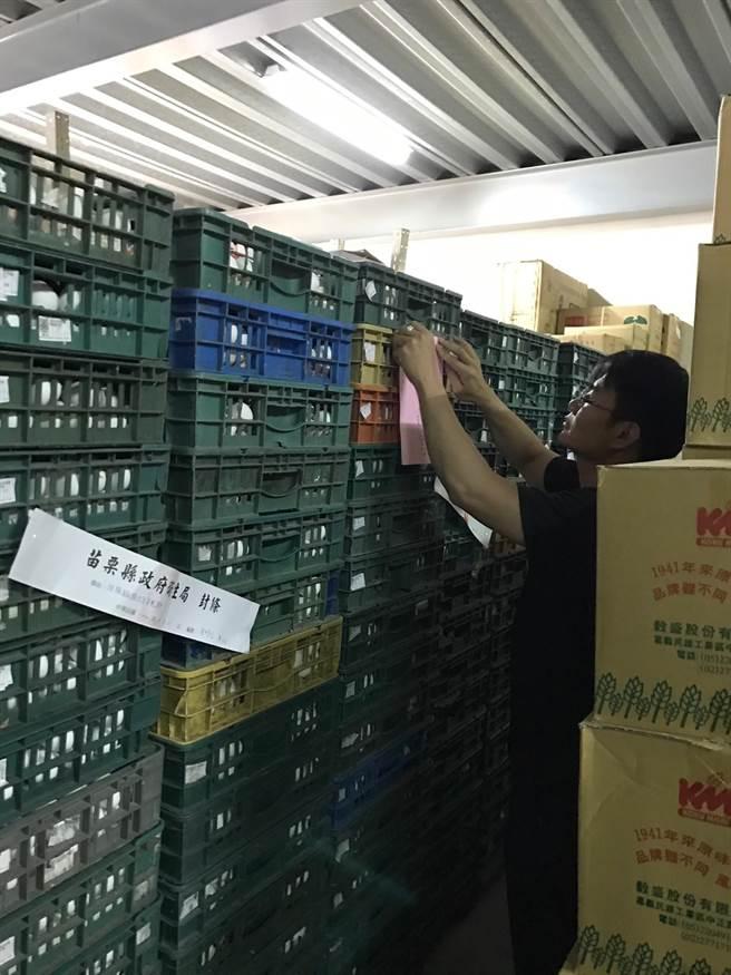 苗栗衛生單位將可疑雞蛋3280公斤下架封存。(黎薇翻攝)