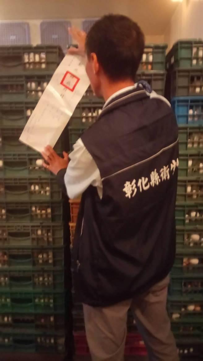 彰縣衛生局人員隨中央衛福部食品藥物管理署人員至王功蛋行封存現場所有蛋品。(謝瓊雲翻攝)