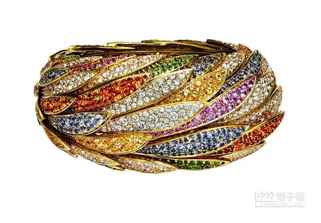 Tiffany 2017 Blue Book系列羽毛斗篷18K金,鑲嵌有色寶石與鑽石羽毛狀手環,約1500萬元。