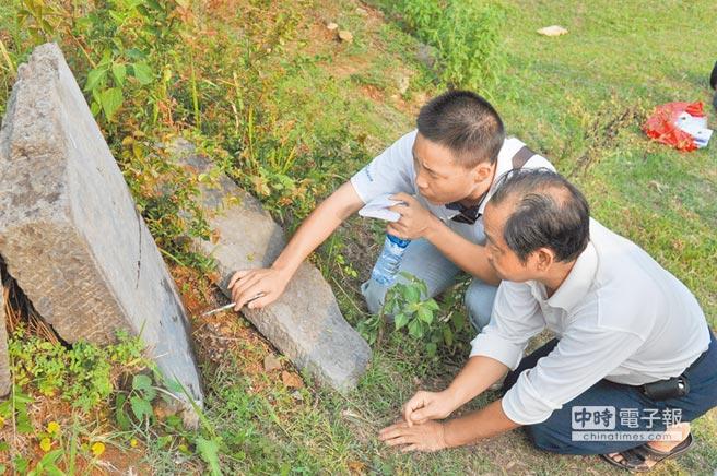 專家在馬家寨考察據傳是陳圓圓的墓碑。(CFP)