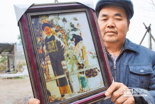 自稱吳三桂後代的村民吳永鵬,展示珍藏的吳三桂、陳圓圓畫像。(中新社)