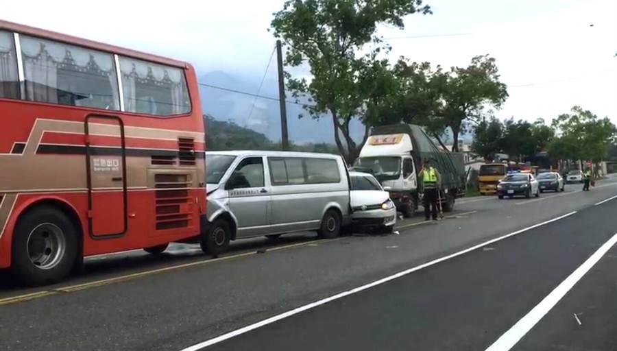 5台車撞成一團,共有6人受傷送醫。(黃力勉翻攝)