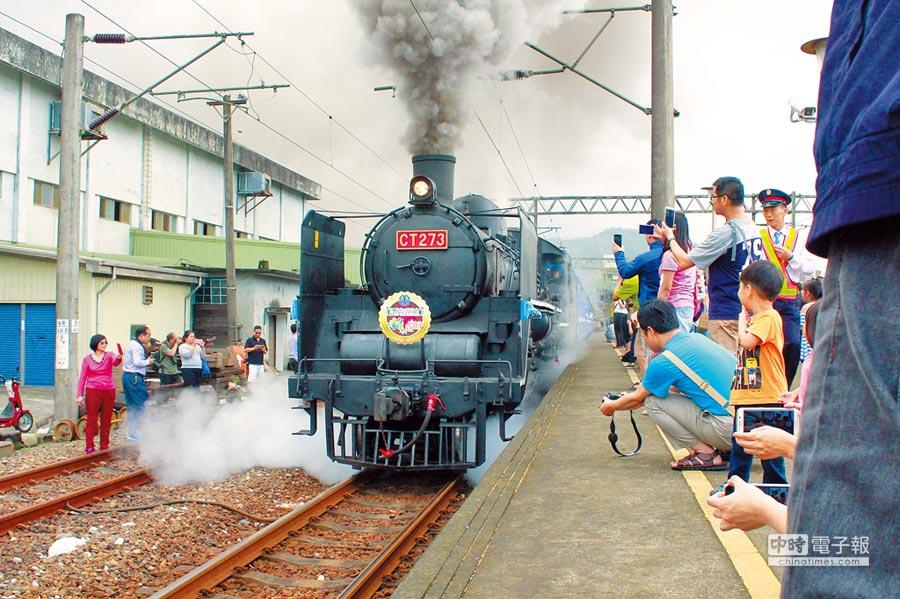 超級吸睛  台鐵配合「2017宜蘭綠色博覽會」,昨天特別安排CT273蒸汽火車頭載著老人及弱勢團體前往會場,沿途吸引許多民眾、火車迷拍照。 (胡健森攝)
