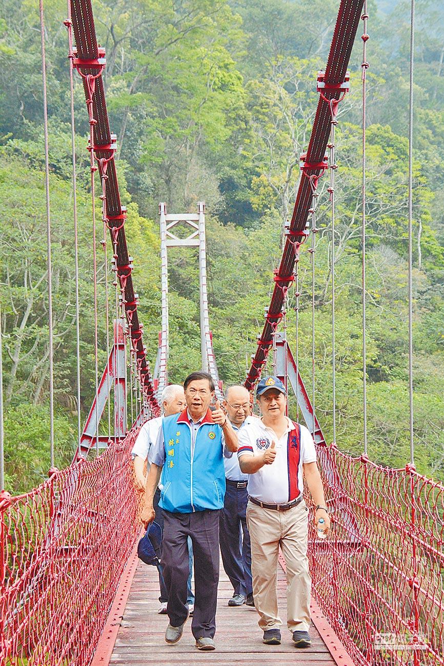 林明溱也探勘了吊橋,驚嘆於景觀壯美。(沈揮勝攝)