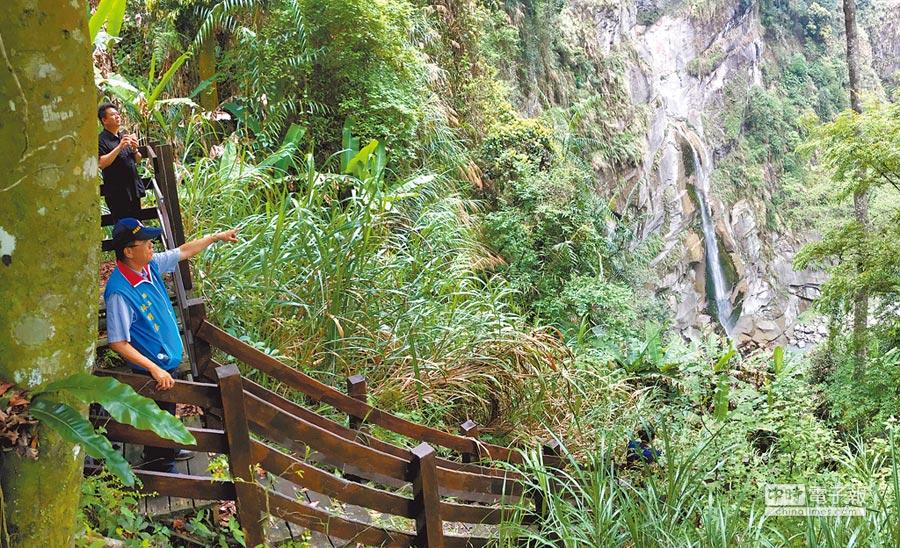 南投縣長林明溱(左前)深入坪瀨溪源頭水濂洞峽谷瀑布,讚其為最佳健行覽景路線。(沈揮勝攝)