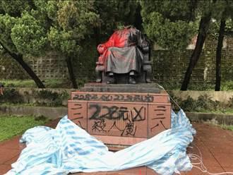 陽明山花鐘公園蔣介石銅像遭砍頭 警方追查中