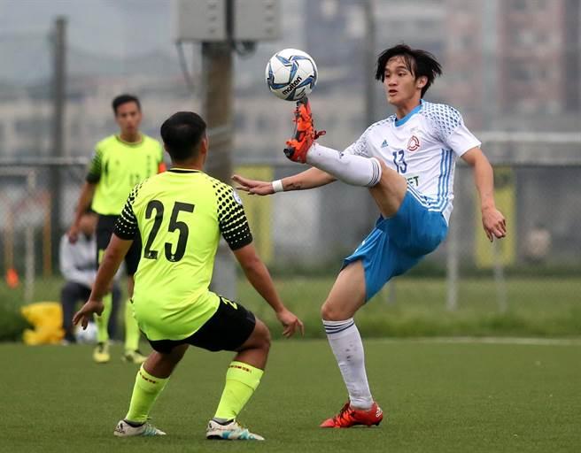 北市大同(右)與台南市在小雨中的人工草皮球場進行台甲聯賽。(李弘斌攝)