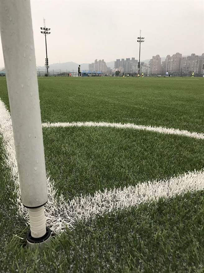 台北周末下雨,迎風人工草皮足球場完全沒有積水現象。(李弘斌攝)