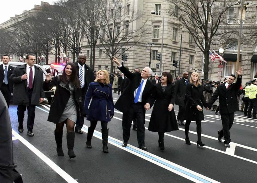 新任正副總統就職典禮,副總統彭斯(圖中藍領帶)與妻子凱倫(圖右三),與兒子麥可(圖右)、大女兒夏綠蒂(圖左二)和二女兒奧德麗(圖左)一起前往國會山莊。(圖/美國白宮網站)