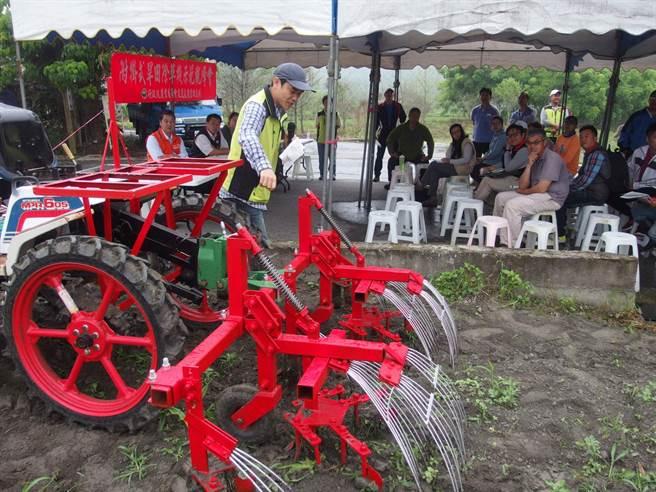 附掛式旱田除草機作業輕鬆,較傳統中耕機除草效率高4倍。(許家寧攝)