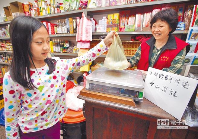 掛保證  ↑坊間雜貨店立紙牌告知消費者,來源不是遭汙染的彰化3家業者生產的雞蛋。