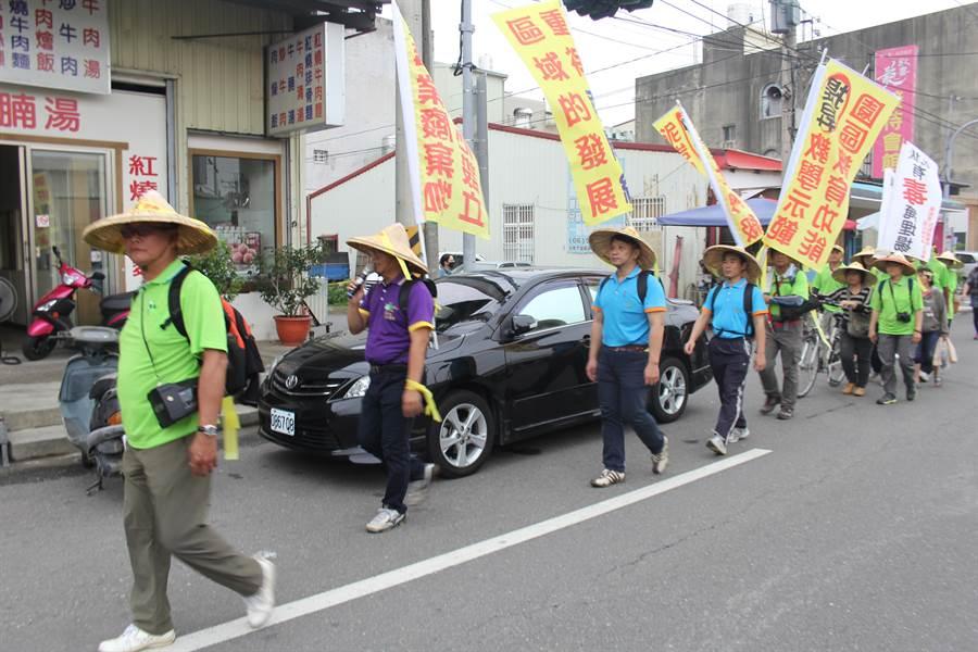 環保、勞工、教育團體23日沿南關線182線參拜廟宇並尋求周邊店家連署支持。(程炳璋攝)
