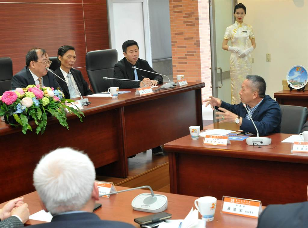 台企聯常務副會長葉春榮(右)認為長照是金門最具有發展潛力的項目之一。(李金生攝)