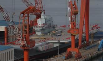 陸首艘國產航母插滿紅旗 下水儀式近了