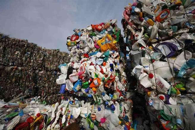 白俄羅斯的首都明斯克郊外的垃圾處理場中,有許多塑膠垃圾。(美聯社)