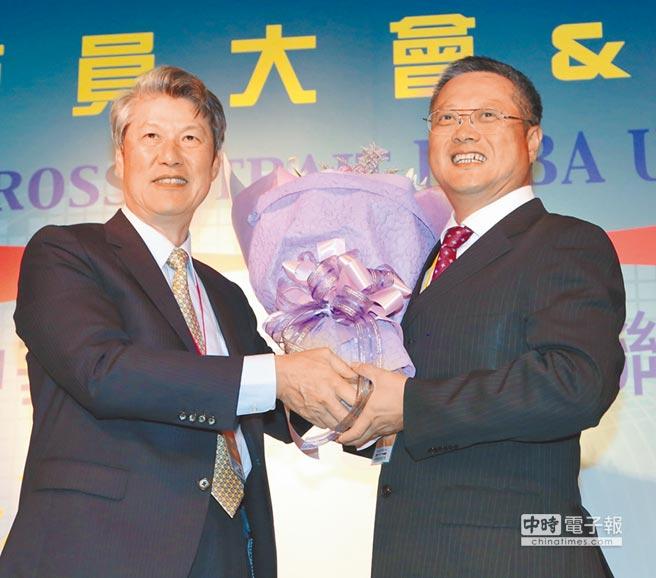 創會會長宋貴修(左)功成身退,新任會長黃烱輝(右)任重道遠。圖/聯合會提供