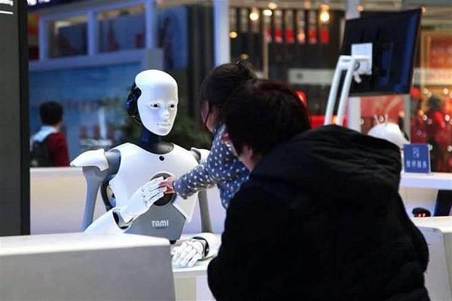 運用在大陸列車站的售票機器人。(圖/大眾網)