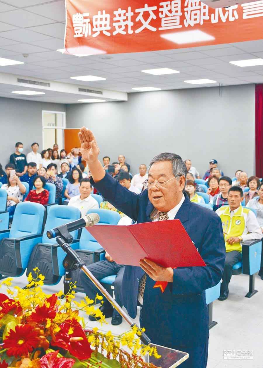 前屏東縣議長程清水宣誓就職,接任屏東市代理市長。(林和生攝)