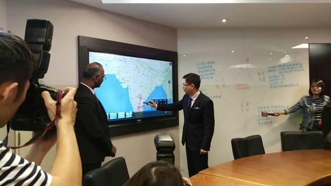 黃志芳(右二)向貴賓介紹印度六個重點城市。圖:張佩芬