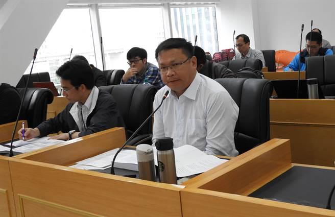 交通局長王義川(右)親自出席調查小組會議,針對議員要求的資料,允諾於收到文後兩周內提供。(陳世宗攝)