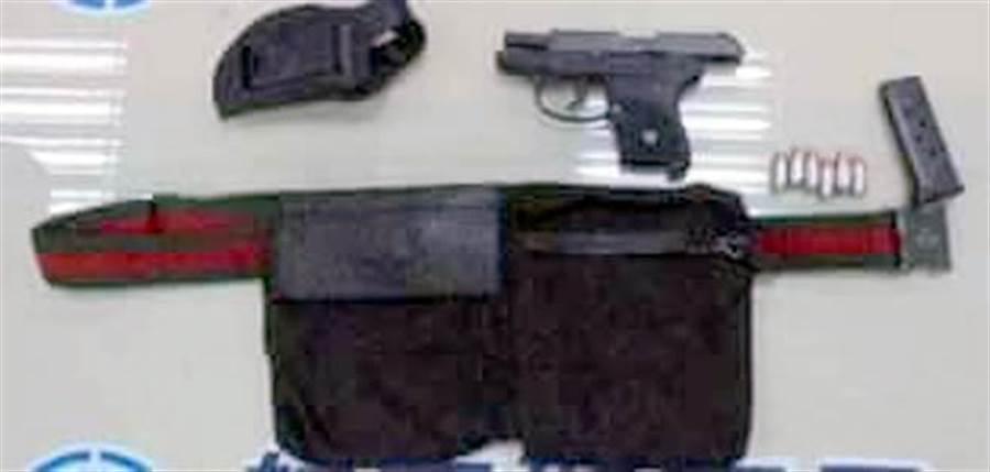 葛蘭特違法攜槍登機,被起出手槍1把、彈匣1個及子彈6發。(航警局提供)