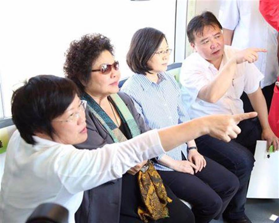 陳菊表示,前瞻計畫不是錢坑,可刺激內需。圖為蔡英文總統視察高雄輕軌。(翻攝自劉世芳臉書)