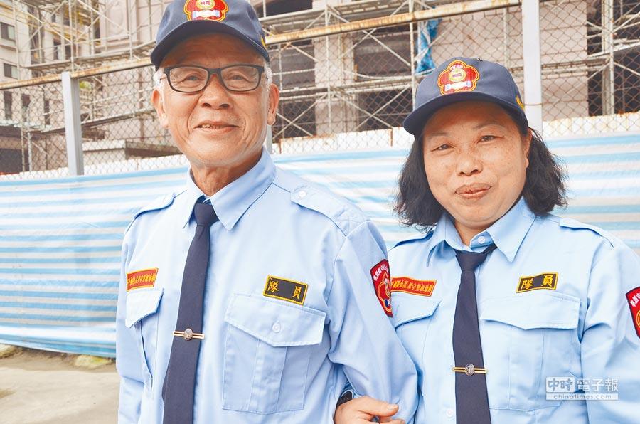 平鎮區金星里巡守隊夫妻檔李強興(左)、葉巧璿(右)服務將近10年,成為地方佳話。(賴佑維攝)