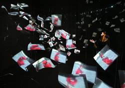 消逝的存在駁二特展至5月底 108尊翻糖佛像和170片壓克力板對位投影並陳