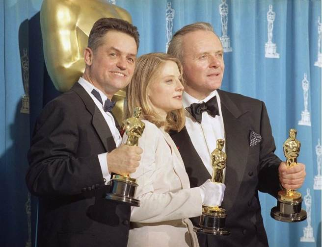 1992年德米(左)、茱蒂佛斯特和安東尼霍普金斯贏得奧斯卡金像獎時的合照。(美聯社)