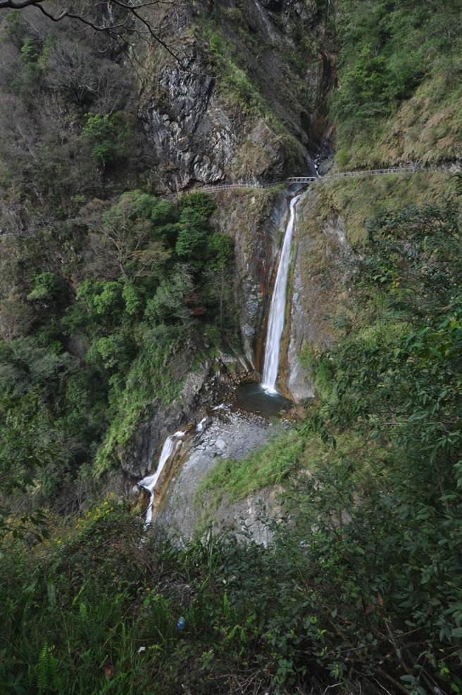 八通關步道上的雲龍瀑布,景致壯美。(沈揮勝攝)