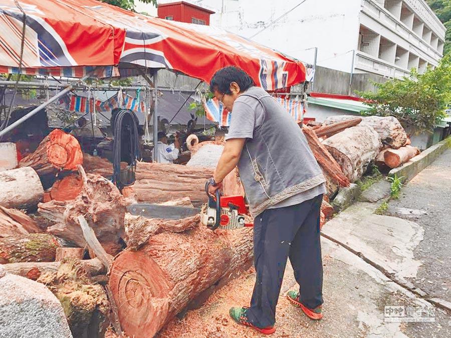 太魯閣族木雕師田欽賢(上圖),曾向阿美族木雕師林阿隆學藝,擅長木雕創作的他,創作出極富太魯閣文化的木雕作品。栩栩如生的山豬雕刻(右圖),曾獲蔡英文總統的肯定。(張祈翻攝)