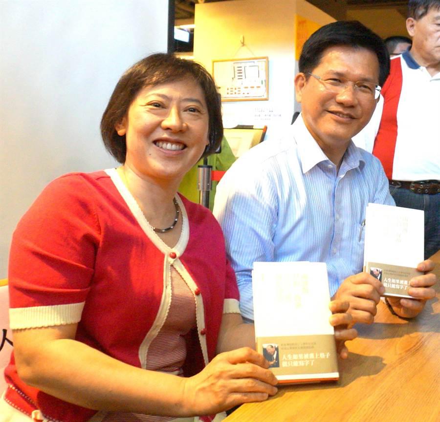 台中市長林佳龍編著新書《兩個餌只釣一條魚-與許文龍邊釣邊聊》,今天在台中茉莉書店舉行座談會。(盧金足攝)