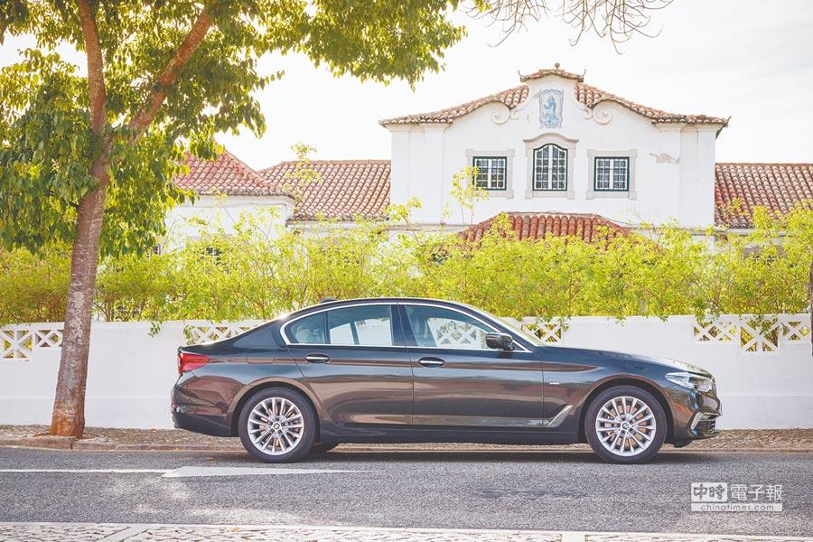 全新BMW大5系列無論車身尺碼與車格均全面放大及提升,車身全長加大成4936mm,車高亦增大15mm。