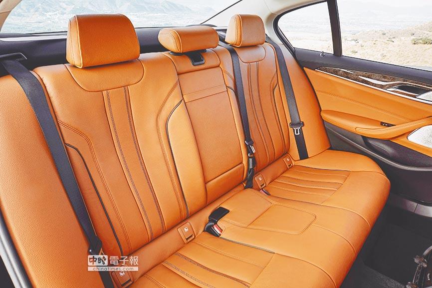 7代BMW大5系列的舒適奢華後座。由於軸距加大成2975mm,後座空間無論頭部或腿部空間均更寬敞。