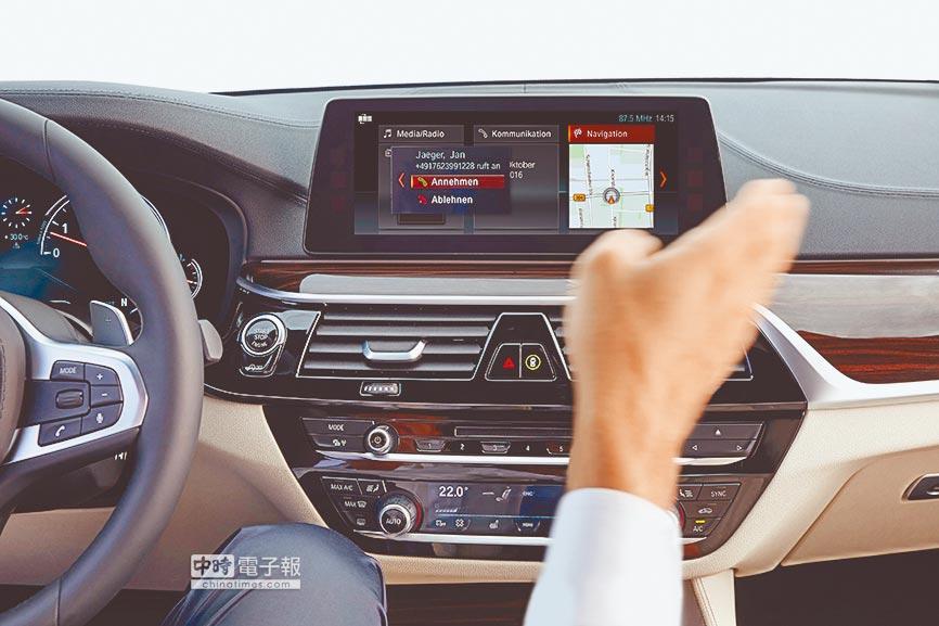 標配的BMW手勢控制獨家科技,駕乘者以簡易手勢就可輕鬆接聽或拒絕來電、調整音量或關閉iDrive螢幕。
